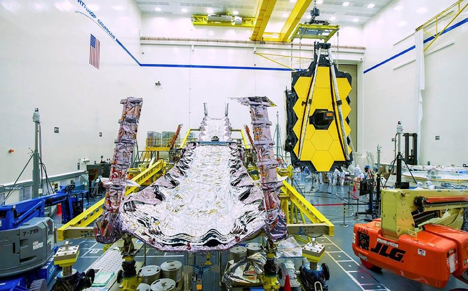 """يبلغ قطر مرايا تلسكوب """"جيمس ويب"""" 6.5 متر، وهي زيادة كبيرة مقارنة بقطر 2.4 متر الذي تمتعت به مرايا التلسكوب """"هابل"""". الصورة: NASAWebb"""