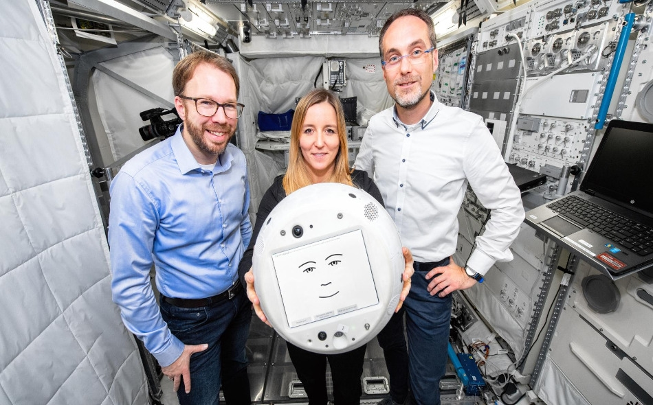 """بفضل المجسات الصوتية والكاميرات ومجموعة من البرامج المتطورة تقنيا، سيتمكن """"سيمون 2"""" من تمييز المشاعر الإنسانية وإنشاء علاقة صداقة مع رائد الفضاء في المحطة الدولية. الصورة: DLR"""
