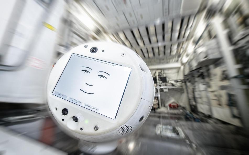 """تم تصميم الروبوت """"سيمون 2"""" لتقديم يد العون لرواد الفضاء في إجراء تجارب علمية، وتدريبه أيضا على التحدث باللغة الإنجليزية للمساعدة في تخفيف التفكير الجماعي. الصورة: DLR"""