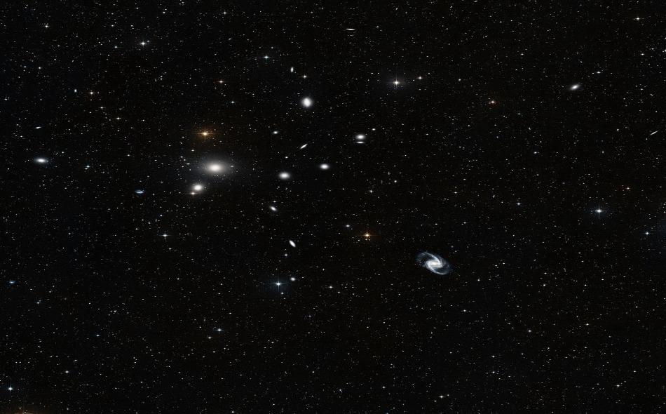 نظيرا لإسهامات الشارقة ومآثرها الجلية في خدمة العلوم والمعارف، أطلق الاتحاد الفلكي الدولي تسمية الشارقة على أحد النجوم الجديدة المكتشفة واسم البارجيل على الكوكب التابع للنجم. الصورة: ESO and Digitized Sky Survey 2
