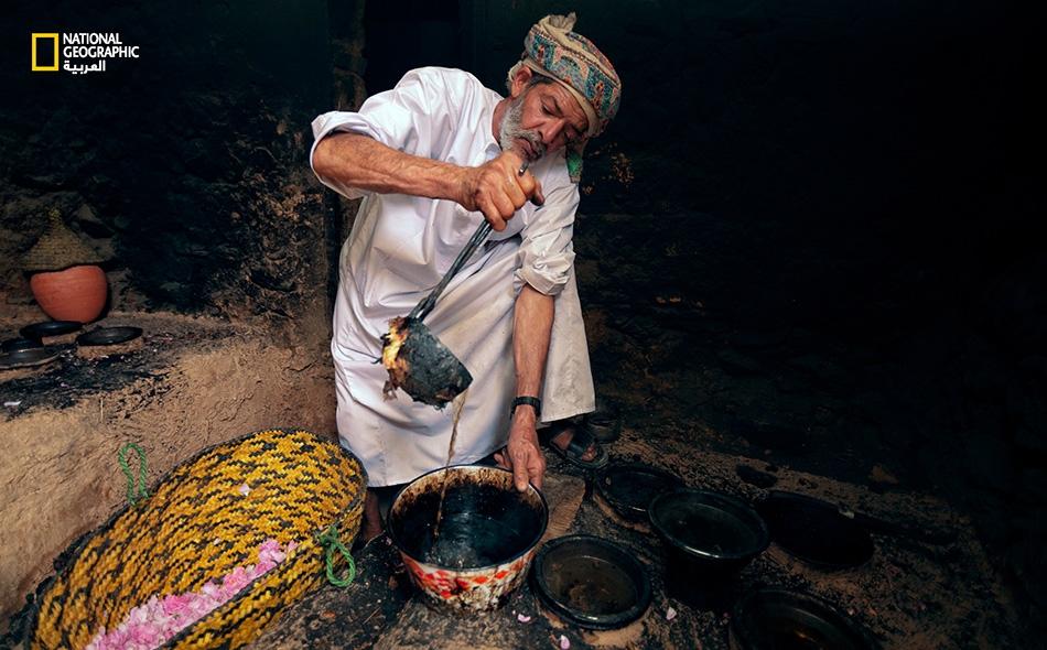 """يستخرج """"ياسر التوبي"""" ماء الورد المستخلص من """"البورمة"""" ويسكبه في وعاء كبير."""