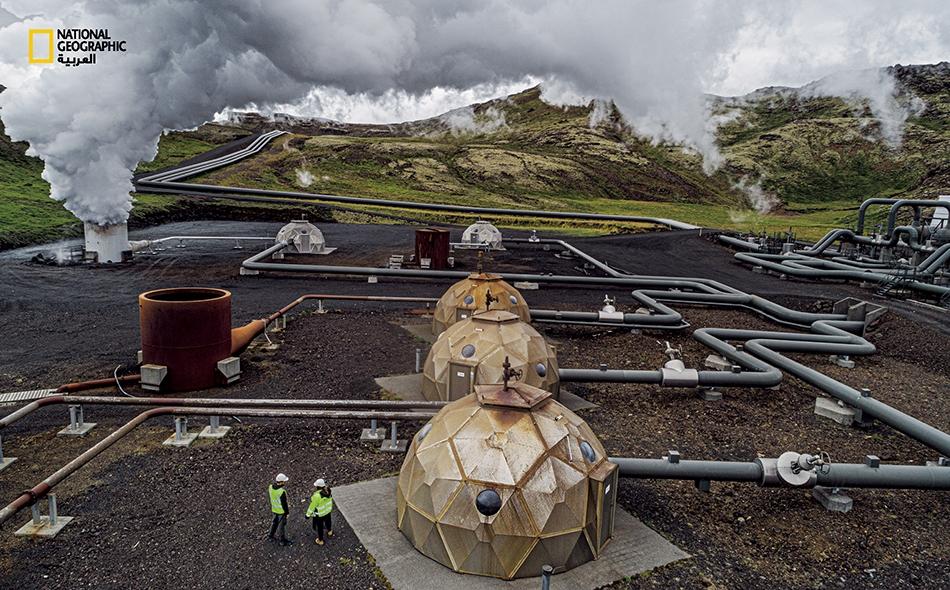 """تولد محطة (Hellisheiði) الكهرباء والحرارة للاستعمال المنزلي، وهي أكبر منشأة للطاقة الحرارية في البلد وثالث أكبر منشأة من نوعها في العالم. تساعد القباب """"الجيوديسية"""" التي تغطي الآبار في تقليص أثرها على جمالية المشهد الطبيعي."""