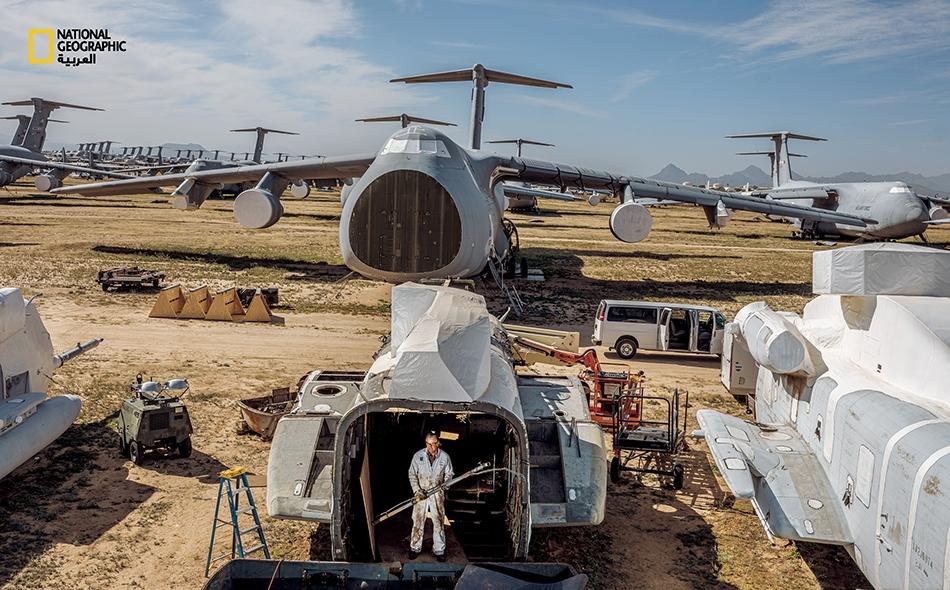 """تُفكك الطائرات لتُستغل قطعها أو تُصلح وتعود إلى الخدمة. حفاظا عليها، تُرش بطبقة واقية قابلة للإزالة. تعد المنشأة الأكبر من نوعها، وغالبا ما تعرف باسم """"باونيارد"""" (Boneyard)."""