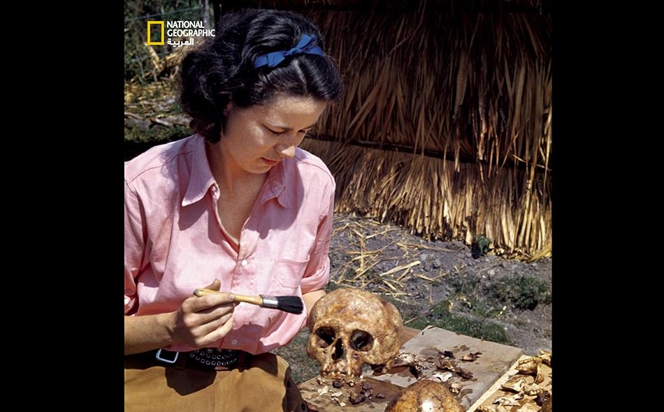 """كانت """"ماريون سترلينغ"""" وزوجها """"ماثيو"""" قد نقّبا عن قطعٍ أعادت كتابة تاريخ أميركا الوسطى خلال بعثاتهما إلى المكسيك في ثلاثينيات القرن الماضي وأربعينياته. ونراها هنا في الصورة تطلي جمجمة قديمة بطبقة من الدهان الشفاف لحمايتها ضد التفتّت."""