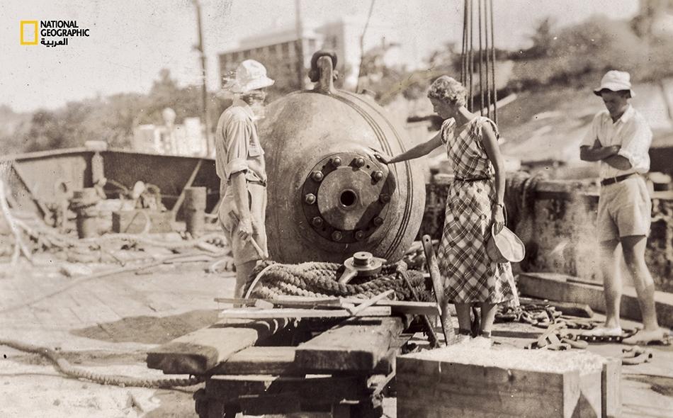 """في ثلاثينيات القرن الماضي، أُنجزت أجرأ محاولة لاستكشاف أعماق البحر بفريق بشري في آلة معدنية تدعى """"كرة الأعماق"""". أما فريق العمل في سلسلة بعثات دراسة الأحياء البحرية هذه التي حطّمت الأرقام القياسية، فكان يتألف من """"جوسلين كرين غريفين"""" و""""إيلزِه بوستلمان""""..."""