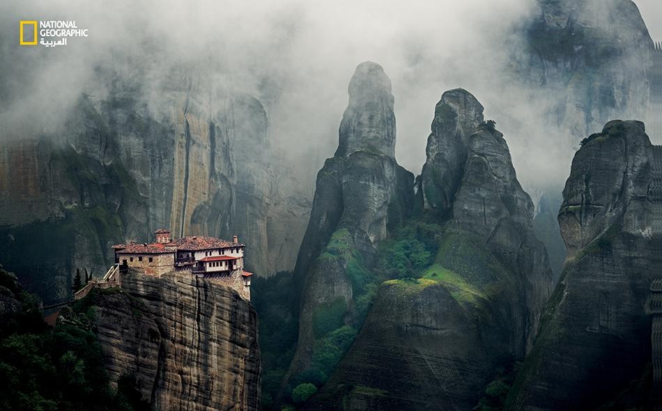 """"""" تُحيط بِـ 'روسانو' … أعمدة 'ميتيورا' الصخرية الشاهقة، ويقف على حافة منحدرٍ صخريٍ حاد، وشكله متراص كعش السنونو"""". –باتريك لي فيرمور، روميلي: رحلات في شمال اليونان"""