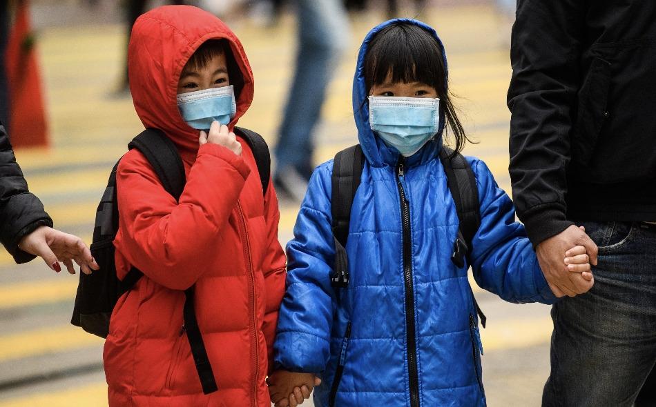 """يمكن أن يكون الأطفال في الواقع حاملين غير مرئيين لفيروس كورونا، وبالتالي يمثلون """"وصلات"""" مهمة في سلسلة انتقاله في المجتمع. الصورة: Aathony Wallace/AFP via Getty Images"""