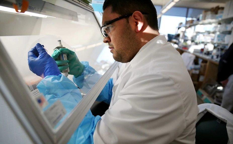 قال مسؤول أميركي إن المشارك الأول في التجربة السريرية سيتلقى اللقاح التجريبي الاثنين لأن التجربة لم تعلن بعد. كما لفت إلى أن المعاهد الوطنية للصحة تمول التجربة التي تجري بمنشأة أبحاث في ولاية واشنطن شمال غربي الولايات المتحدة. الصورة: Walker/Globe Staff