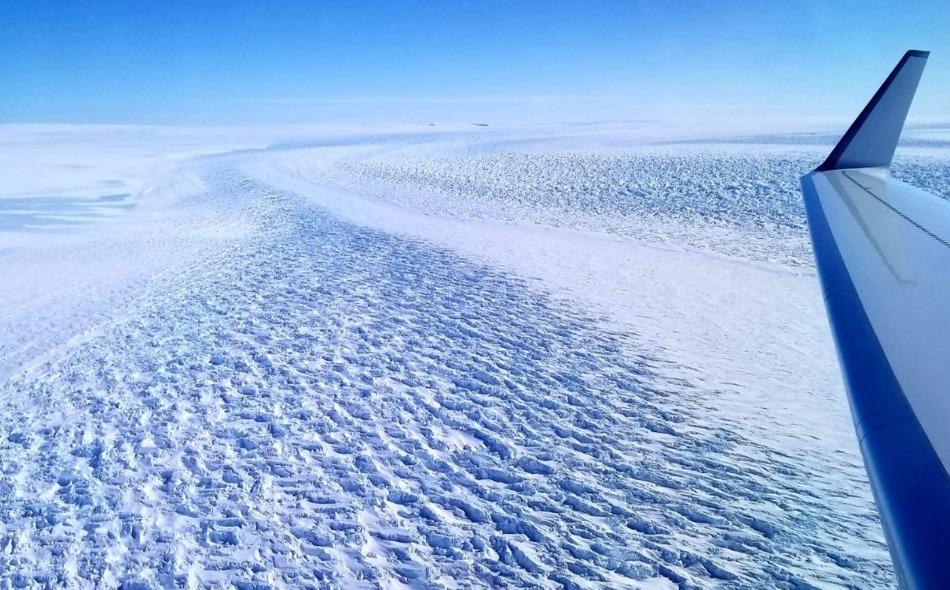 يقع جليد دينمان في واد مستواه 3500 متر تحت سطح البحر، ويميل بالاتجاه المعاكس للمحيط، ما يؤدي إلى جريان مياه المحيط الدافئة نسبيا على سطحه المائل نحو الجانب البعيد من المحيط، مسببة ذوبان قاعدته تدريجيا. الصورة: NASA