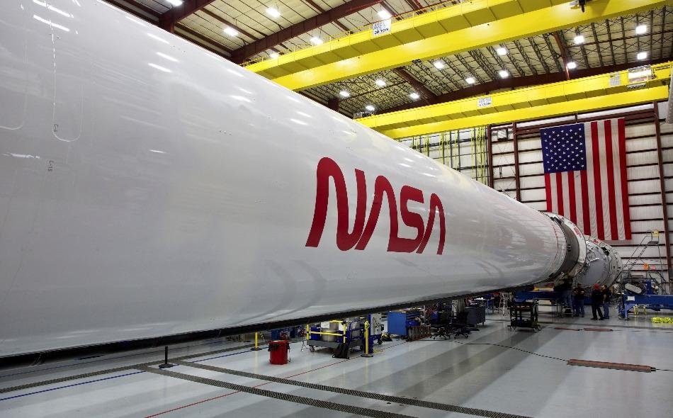 """سينطلق صاروخ """"فالكون ناين"""" والمركبة الفضائية """"كرو دراغون"""" من منصة الإطلاق """"39A"""" التاريخية في مركز كينيدي للفضاء، وهي المنصة نفسها التي استُخدمت في مهمات برنامجي أبولو والمكوكات. الصورة: Spacex"""