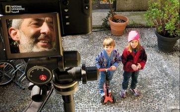 يقف غابرييل غاليمبيرتي على سلم بطول متر لتصوير الأشخاص من مسافة آمنة.