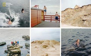 """الساحل يناديكم (في اتجاه حركة عقارب الساعة من أعلى اليسار): يسبح أصدقاءٌ في مياه شاطئ """"رودكوبينغ""""، فيما آخرون يتسلقون في أحد مرافقه؛ يهدد انجراف الساحل منزلًا أصبح مهجورًا؛ مرفأ كوبنهاغن يرحب بسبّاحة. """"رابيرغ مايل"""" هو أكبر شاطئ رملي في الدنمارك. يقف..."""