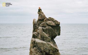 """على الساحل الغربي لجزيرة """"بورنهولم"""" الدنماركية، ينتصب """"كروغيدورين"""" بارتفاع 15 مترًا، وهو برج صخري قائم بذاته يجتذب المستقلين. الصورة: Ulrlk Hasemann و Mathlas Sovid"""