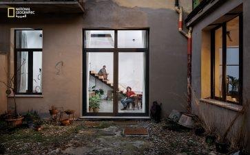 """الفنان ومصمم المناظر، """"دانييل فيرونيزي"""" و""""آنا موستوسي"""" -العاملة بمجال الأزياء- يستمتعان بوقت فراغهما داخل المنزل؛ لكن قلقهما يتزايد بشأن الحجر المنزلي."""