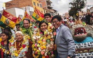 """بوليفيا: بعد وقت قصير على انتخاب """"سوليداد تشابيتون تانكارا"""" (وسط الصورة) عام 2015 أول عمدة امرأة لمدينة إل آلتو، تلقت تهديدات؛ وقد أَضرم أحدُهم في مكتبها نارا أودت بحياة ستة أشخاص. وكانت تشابيتون قد شنّت حملة ضد الكسب غير المشروع والمحسوبية، وهي..."""