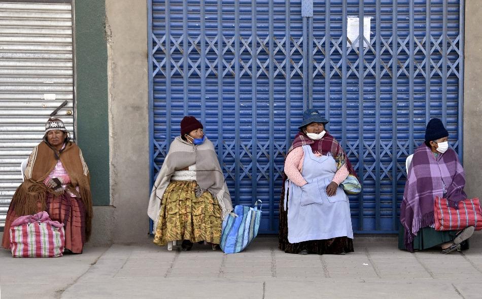 """ستلجأ سلطات مدينتي لاباز وإل آلتو في بوليفيا إلى وضع لافتة على منازل المصابين بمرض """"كوفيد-19"""" الذين يرفضون التزام الحجر الصحي، على أن تُشير اللافتة إلى إصابتهم وانتهاك الإجراءات الصحية المتبعة في البلد. الصورة: Aizar Raldes / AFP"""