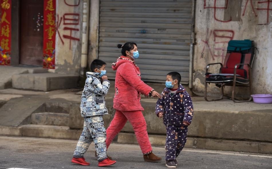 اتباع قواعد الإغلاق والإجراءات الوقائية في المجتمعات أسهمت بشكل حاسم في منع انتشار العدوى، خاصة مع اقتراب الصيف حيث يكون الناس أكثر ميلا للتجمعات. الصورة: Hector Retamal/AFP/Getty Images
