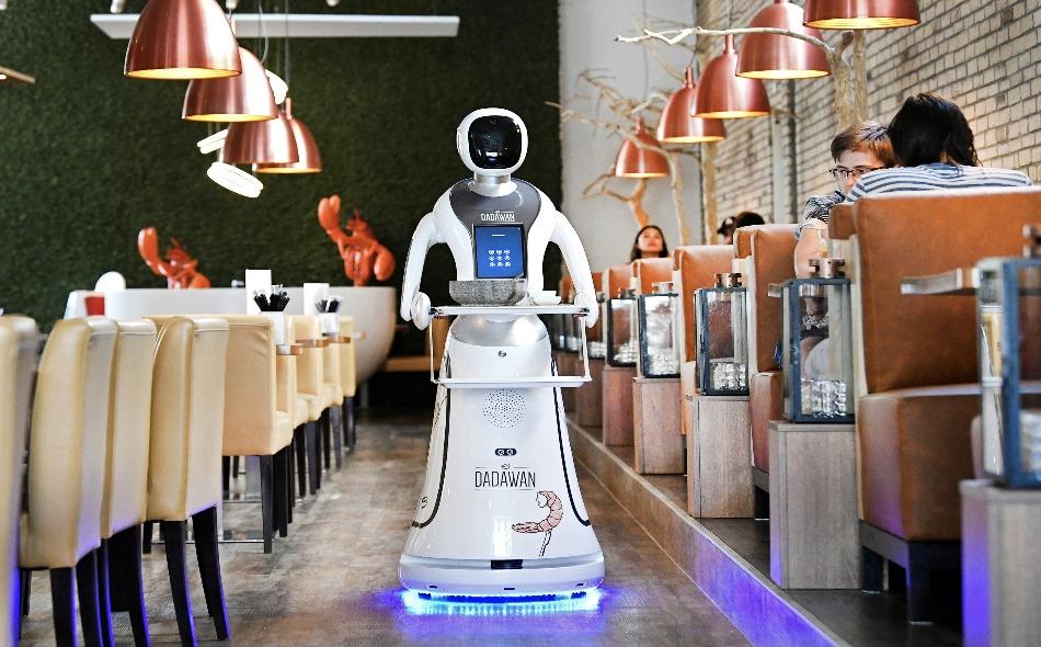على الرغم من أن الاستعانة بالعاملين الآليين بدأت في الصين قبل عدة أعوام، وأصبحت منذ ذلك الحين صيحة جديدة في مطاعم حول العالم، فلم يدخل سوى عدد ضئيل من الروبوتات إلى مطاعم هولندية. وفي الوقت الحالي، تقتصر الخدمات الآلية في المطعم الهولندي على تسليم...