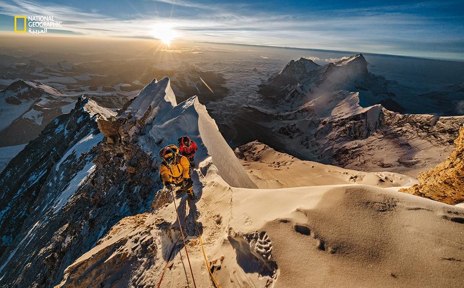 """بينما تشرق الشمس على هضبة """"التيبت""""، يتجاوز """"باسانغ كاجي شيربا"""" و""""لاكـبـا تينجي شيربا"""" ارتفاع 8750 مترًا على جبل """"إيفرست"""". وههنا يُطرح السؤال: هل تمكن """"جورج مالوري"""" و""""ساندي أُرفاين"""" من بلوغ هذه النقطة الشاهقة، أو ربما حتى بلوغ القمة، عام 1924؟"""