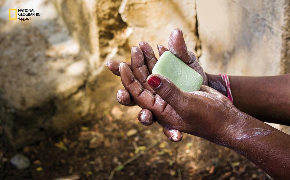 """مدَرِّسة تشرح أسلوب غسل اليدين الصحيح للطلاب الصغار في مدرسة بقرية """"غوري كوثابالي"""" في ولاية أندرا براديش الهندية. الصورة: Sanjit Das/ Panos Pictures/ Redux"""