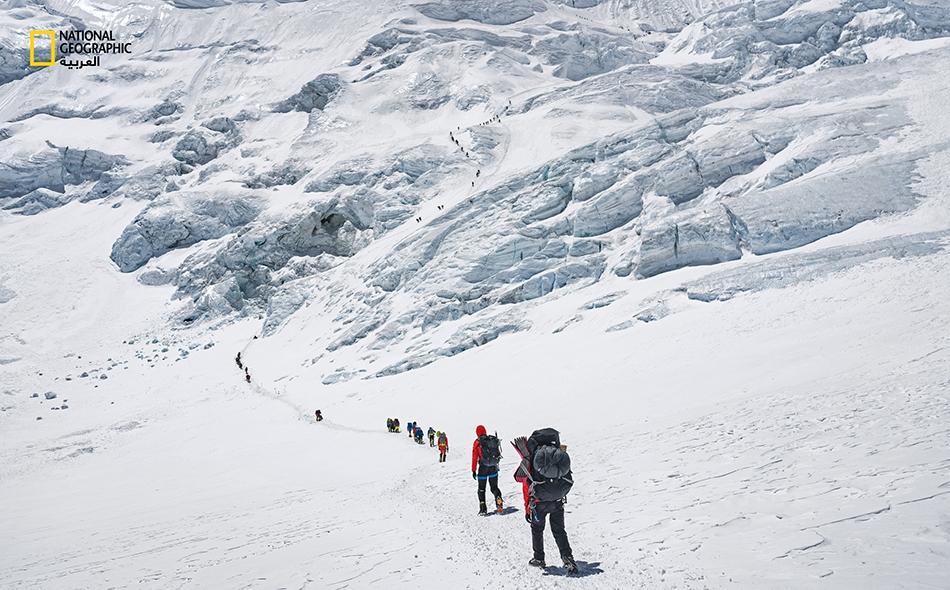 """من عادة متسلّقي الجبال الذين ينوون بلوغ """"الفجّ الشمالي"""" أن يمضوا ليلة أو اثنتين على ارتفاع 7000 متر لكي يتأقلموا مع الأجواء في الارتفاعات الشاهقة، قبل أن يحاولوا لاحقًا بلوغ قمة إيفرست. وصحيح أن الجانب الصيني من الجبل أقل ازدحامًا من الجانب النيبالي،..."""