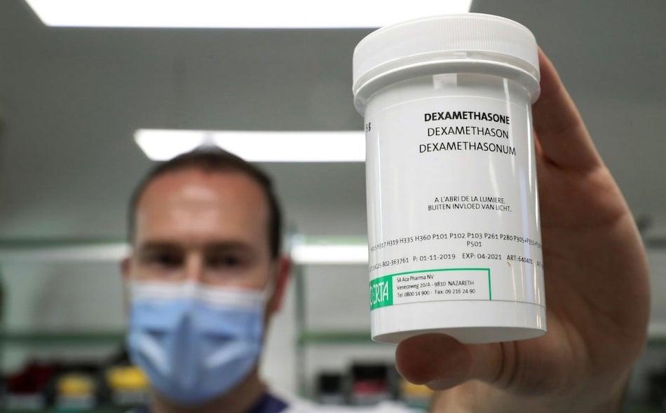 """أظهرت نتائج تجارب أعلن عنها الباحثون في بريطانيا الشهر الماضي أن ديكساميثازون هو العقار الأول في إنقاذ مرضى """"كوفيد-19″، فيما قال العلماء إنه تطور كبير في مساعي التصدي لجائحة كورونا. الصورة: Yves Herman/Reuters"""