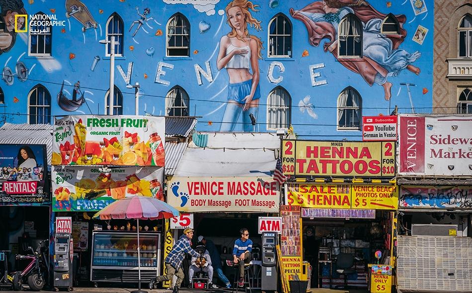 """أُعيد تشكيل لوحة """"مولد فينوس""""، للفنان """"بوتيتشيلي""""، في هيأة إلهة متزلجة على هذه الجدارية التي أنجزها """"ريب كرونك"""" في عام 2010، بعنوان """"فينيس كينيسيس""""؛ وهي من بين الأعمال الفنية العامة العديدة التي تزين الممر الخشبي في حي """"فينيس بيتش"""" الشاطئي. ويستطيع..."""