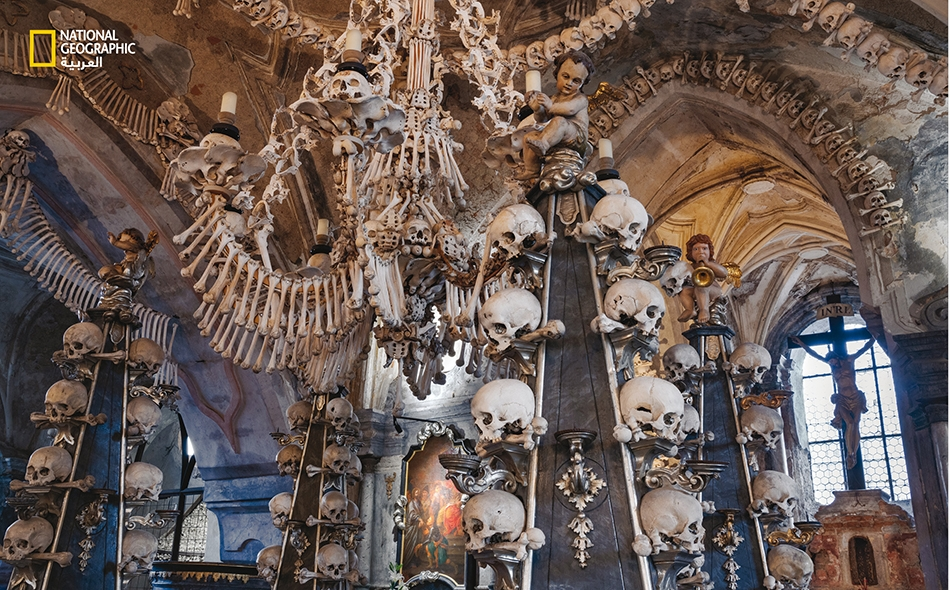 """تزدان """"كنيسة سيدليك"""" الموجودة في جمهورية التشيك بعظام من 30 ألف ضحية من ضحايا الطاعون كانوا قد ماتوا أثناء تفشّيه في القرن الرابع عشر. الصورة: Charlie Hamilton James"""