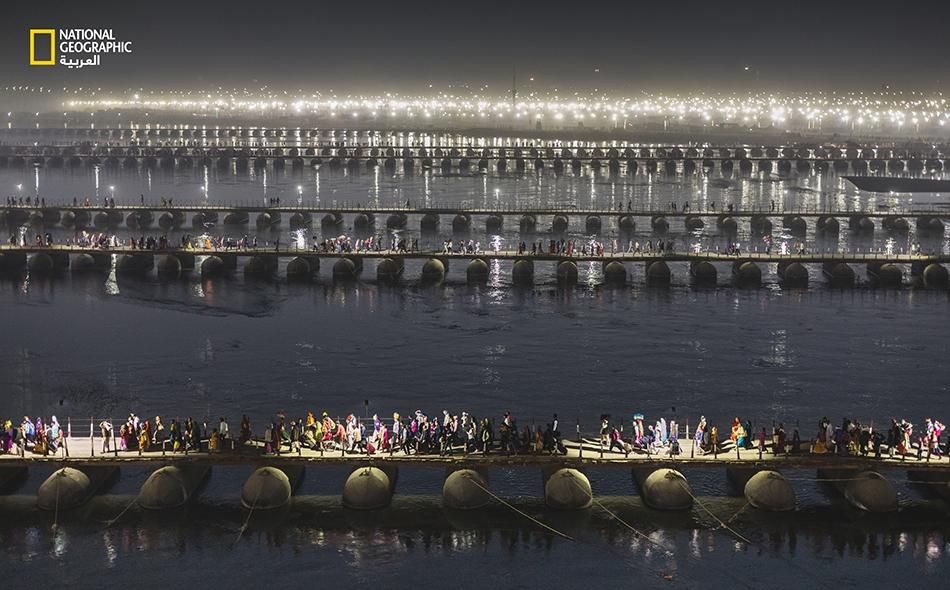 """يَجلب موسم """"كومبه ميلا""""، وهو مهرجان هندوسي رئيس، الحجاجَ إلى موقع نهري من بين أربعة في الهند كل ثلاثة أعوام. في عام 2019، تجمعت الحشود في برياغراج (الله آباد)، عند نقطة التقاء نهرَي """"الغانج"""" و""""يامونا"""". هنالك احتشد عشرات الآلاف من الحجاج ليلًا ونهارًا..."""