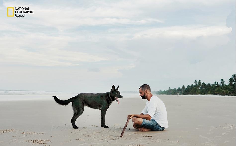 باهيا، البرازيل: يستمتع رجل وكلبه بيومهما على الشاطئ قبل فرض الحجر المنزلي. الصورة: Luisa Dorr