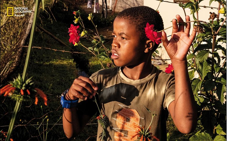 جوهانسبيرغ، جنوب إفريقيا: تتيح الحدائق المنزلية لبعض السكان متنفسًا تشتد الحاجة إليه لكسر رتابة العيش وسط أربعة جدران. الصورة: Lindokuhle Sobekwa, Magnum Photos