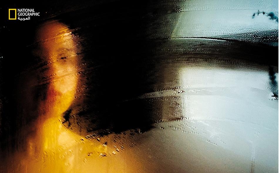 سان فرنسيسكو، كاليفورنيا: يضفي تكثف البخار على مرآة الحمام مسحةً فنية على صورة شخصية مبتكرة. الصورة: Diana Markosian
