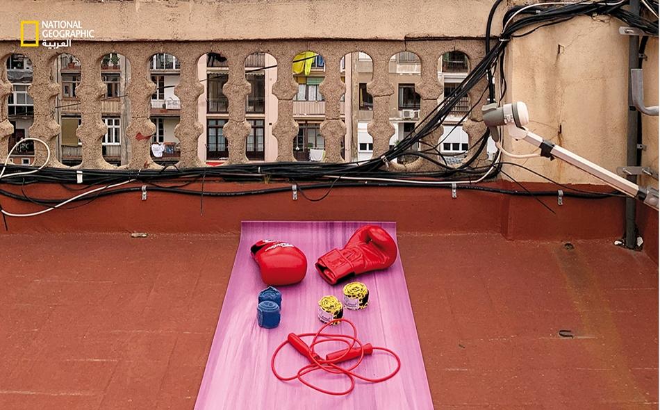 برشلونة، إسبانيا: تتطلب ممارسة الرياضة في ظل الحجر المنزلي، سعة الحيلة؛ ومن ذلك إنشاء صالة رياضية صغيرة على السطح. الصورة: Paolo Verzone
