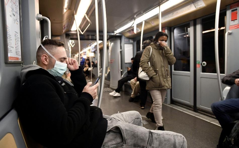 """قالت صحيفة """"نيويورك تايمز"""" أن 239 عالما من 32 دولة قدموا في خطاب مفتوح لمنظمة الصحة العالمية أدلة تظهر أن الجسيمات الصغيرة المحملة بالفيروس قادرة على إصابة الإنسان. الصورة: Flavio Lo Scalzo/Reuters"""