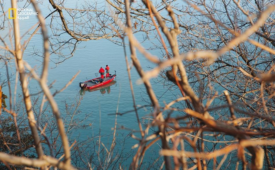 """29 يناير 2020 – بحيرة أونتاريو: ظل صيد الأسماك على الجليد تقليدًا سائدًا في فصل الشتاء، لكن هؤلاء الصيادين يحتاجون اليوم إلى قوارب على نهر """"نياغارا""""، الذي يصب في بحيرة """"أونتاريو"""". تزداد حرارة المياه ههنا بوتيرة أسرع من الهواء، وقد ارتفعت حرارة الهواء..."""