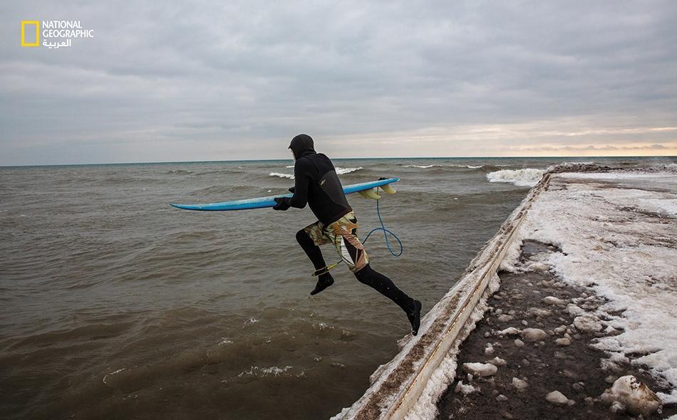 """26 يناير 2020 – بحيرة أونتاريو: ينطلق """"أليكس ويتلوك"""" لركوب الأمواج في بحيرة """"أونتاريو"""". عندما يحل هذا الموعد من العام، عادةً ما يُغطي الجليد زهاء 13 بالمئة من مساحة البحيرة. لكن هذا العام لم يتجمد سوى 2 بالمئة فقط. وتفقد بحيرة أونتاريو معدل جليدها..."""