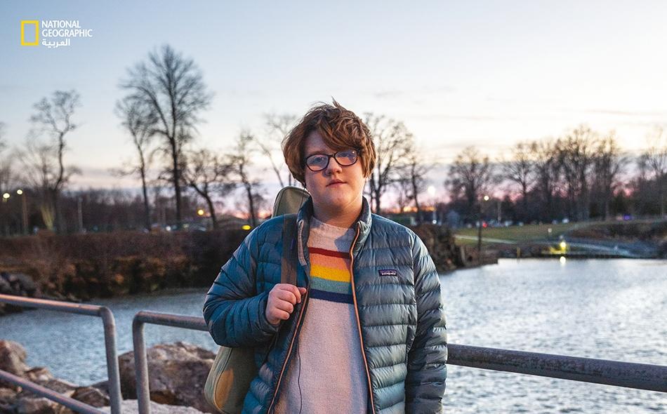 """6 يناير 2020 – بحيرة إيري: في كليفلاند بولاية أوهايو، تمشي """"غرايسي إيزيل"""" (13 عامًا) على ضفاف بحيرة """"إيري"""" مرتديةً سروالًا قصيرا. تقول إن الطقس ليس باردًا بما يكفي لارتداء سروال طويل. من المرجح أن تصبح فصول الشتاء الأدفأ أمرًا معتادًا طيلة أمد حياة..."""