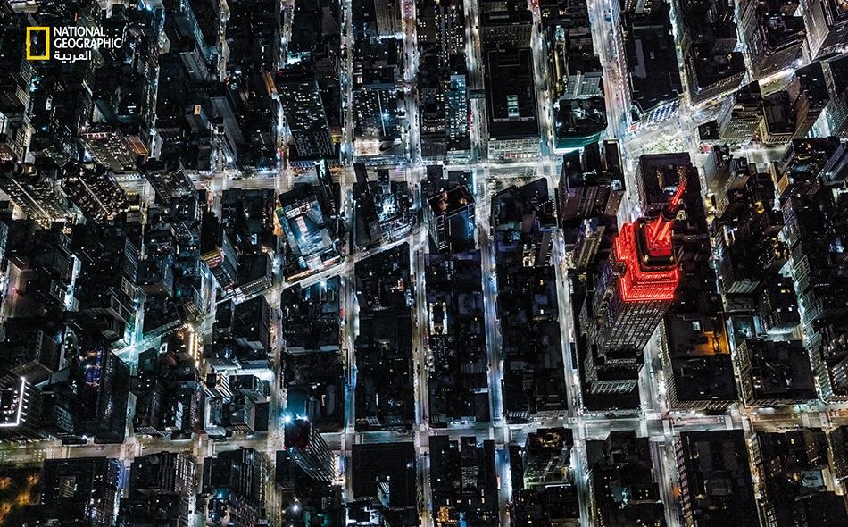 """عادةً ما يُضاء مبنى """"إمباير ستيت"""" بألوان زاهية احتفاء بالأعياد والإجازات؛ وهو المَعلمة المحبوبة في نيويورك التي احتفظت طيلة 40 عامًا برقم قياسي بوصفها أعلى مبنى في العالم. خلال ربيع عام 2020، اختار المشرفون على المبنى إضاءة أمتاره الـ 443 باللونين..."""