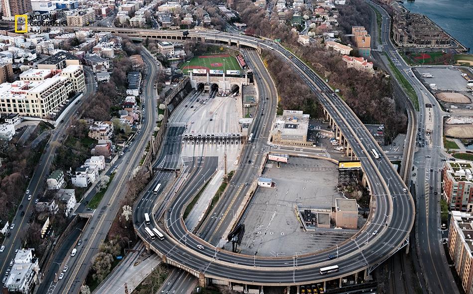 """عادةً ما تغص الطرق بحركة المرور حوالي """"نفق لينكولن"""" الذي يربط بين نيويورك ونيوجيرسي. لكن خلال الإغلاق بسبب الجائحة، كان هذا منظر ساعة الذروة ذات أمسية أوائل شهر أبريل 2020."""