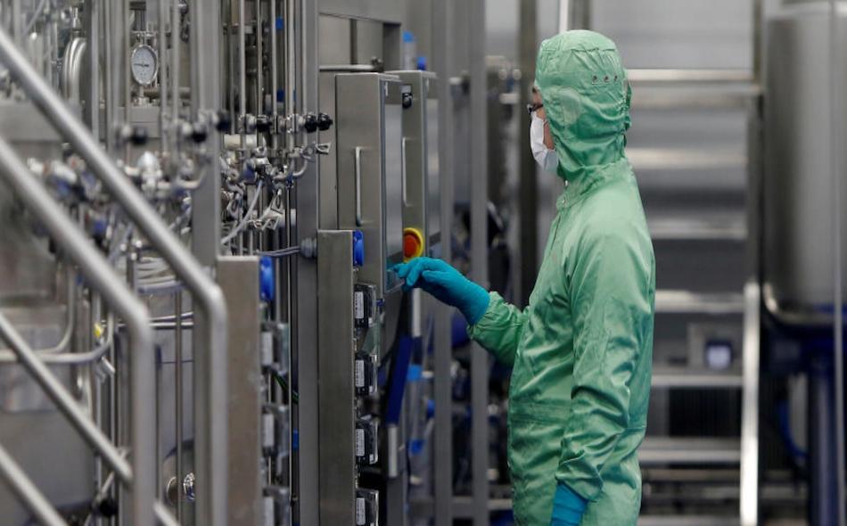 """نقلت صحيفة """"الشعب اليومية"""" عن وثائق نشرتها """"الإدارة الوطنية للملكية الفكرية"""" بالصين، إنه تم إصدار موافقة على براءة اختراع للقاح """"إيه دي5-إن.سي.أو.في"""" لمواجهة مرض """"كوفيد-19"""" يوم 11 أغسطس. الصورة: Reuters"""