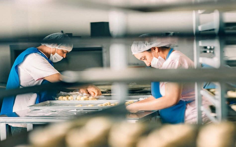 """قالت """"ماريا فان كيرخوف""""، المسؤولة الفنية عن """"كوفيد-19"""" لدى منظمة الصحة، إن وكالة الصحة التابعة للأمم المتحدة على علم بالتقارير وتدرك أن الصين تفحص أغلفة المواد الغذائية للتأكد من خلوها من الفيروس. وأكدت أن السلطات الصينية """"فحصت بضع مئات الآلاف من..."""
