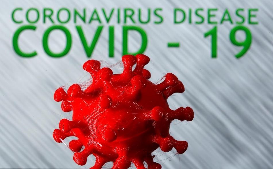 """نموذج مطبوع ثلاثي الأبعاد لفيروس كورونا، الذي يتسبب في الإصابة بمرض """"كوفيد-19"""". وتشير الدلائل إلى أن انتشار طفرة """"دي 614 جي"""" في أجزاء من العالم، تزامن مع انخفاض معدلات الوفاة بالفيروس؛ مما يوحي بأن هذا التحور أقل فتكا. الرسم التوضيحي: REUTERS/Dado Ruvic"""