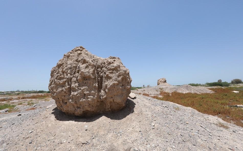 """تعد """"جلفار"""" جزءًا من شبه جزيرة مسندم وتقع على مقربة من مضيق هرمز، حيث تفصل السهول الرسوبية بين الجبال الجيرية لرؤوس الجبال عن ساحل الخليج. الصورة: وزارة الثقافة والشباب"""
